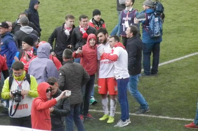 Джикия после матча «Амкара» со «Спартаком» в Перми фотографируется с фанатами, выбежавшими на поле.