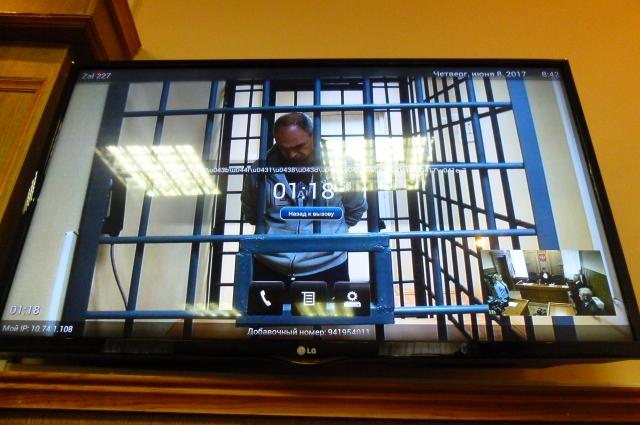 Обвиняемый участвовал в заседании посредством видеоконференцсвязи из СИЗО.