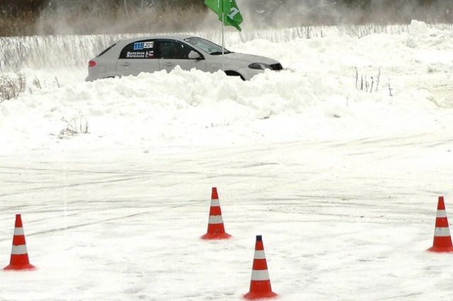 На трассе водители показали мастерство зимнего вождения.