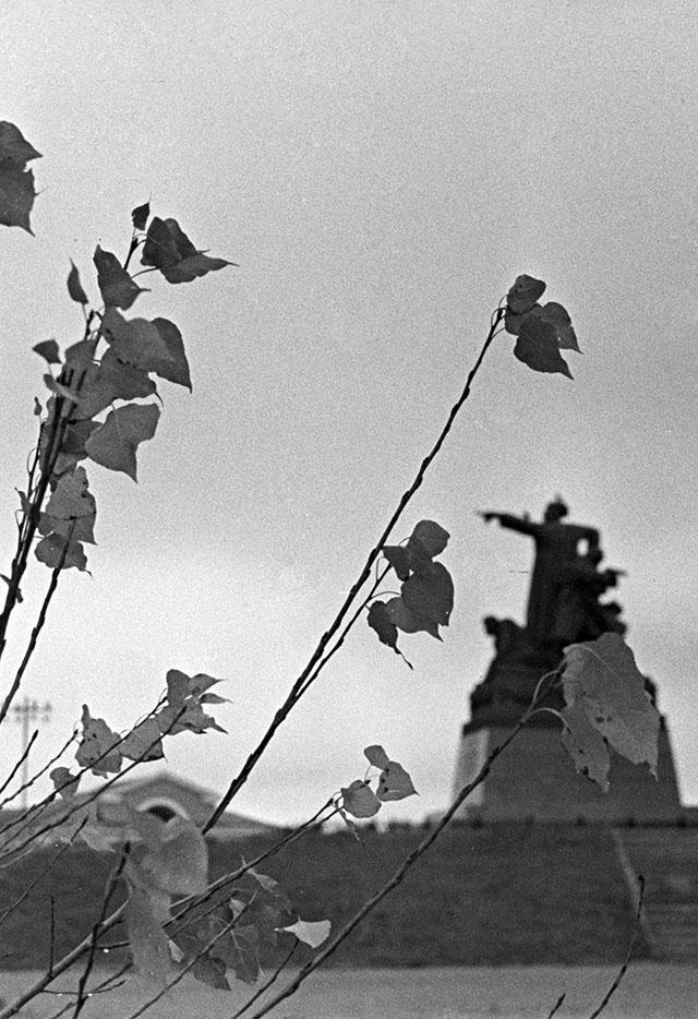 Памятник командующему 33-й армией генерал-лейтенанту Михаилу Ефремову в Вязьме (скульптор Е. В. Вучетич).