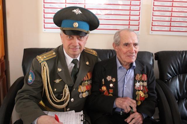 Ветеран Владимир Бодриков и участник автопробега Олег Лопатко.