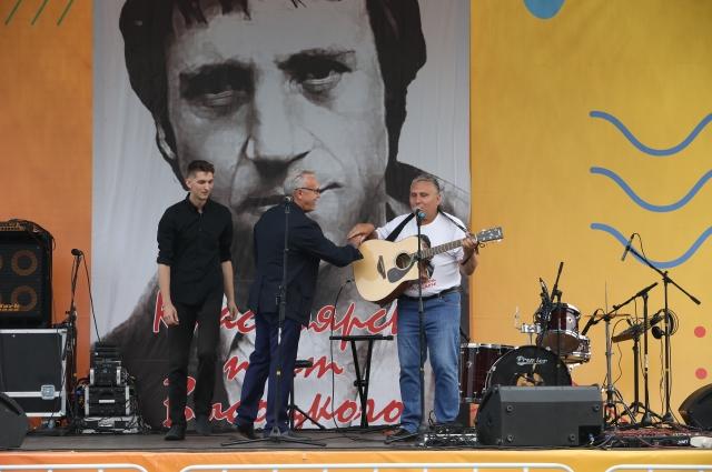 Александр Усс подарил гитару барду.