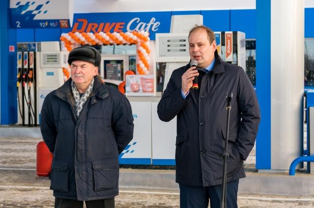 Олег Кузьменьков (справа):