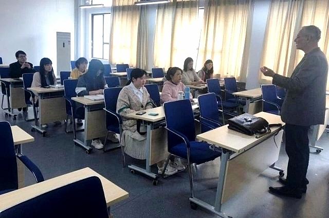 Аркадий Константинов на лекции в Китае.