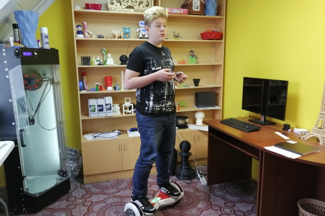 По лабораториям Илья перемещается на гироскутере.