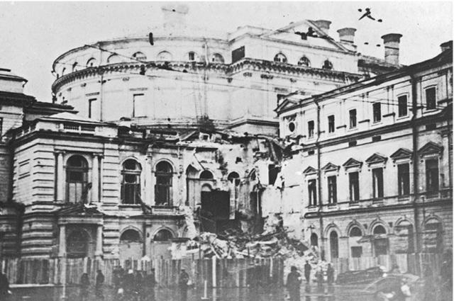 Здание театра, разрушенное бомбой 19 сентября 1941 года.