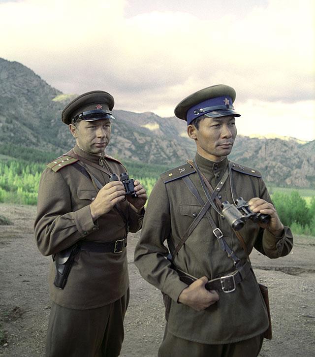 Андрей Мартынов (слева) насъёмках фильма «Через Гоби иХинган», 1981год.