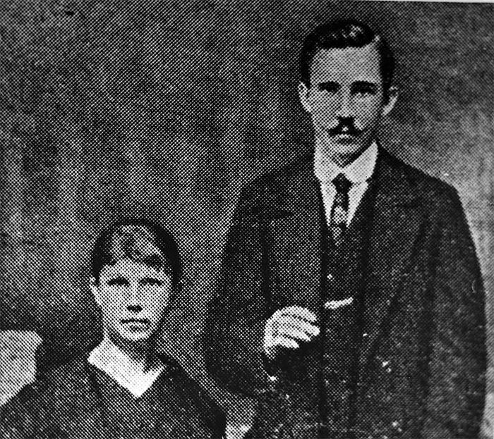Советский дипломатический курьер Иоганн Адамович Махмасталь и его жена Прасковья. 1926 год.