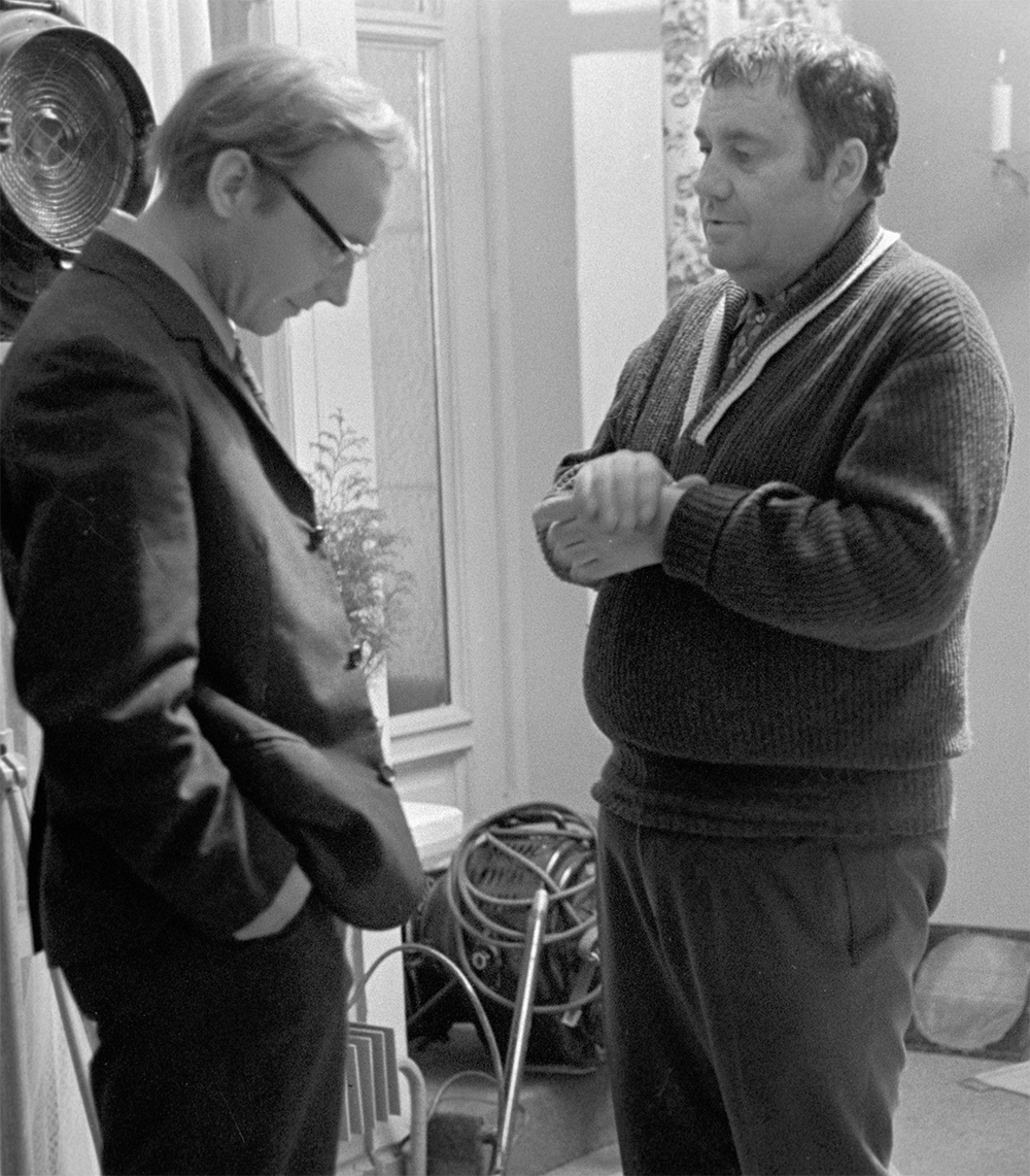 Кинорежиссер, народный артист РСФСР Эльдар Рязанов и артист театра и кино Андрей Мягков во время съемки фильма «Служебный роман». 1978 г.