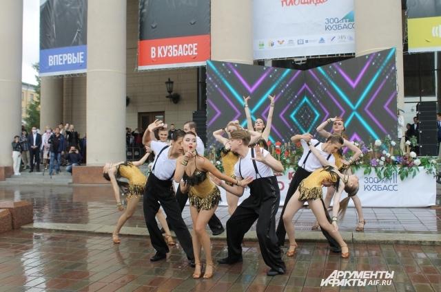 Танцорам пришлось выступать под проливным дождем.