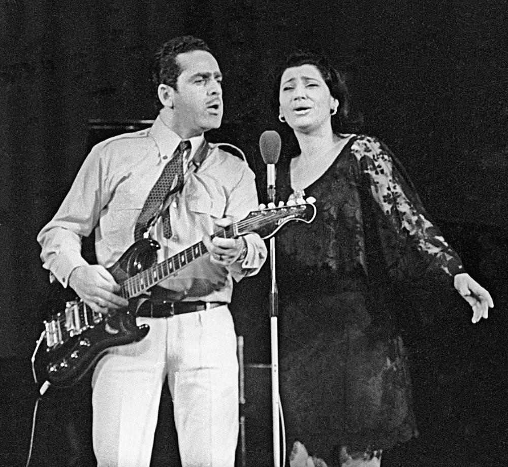 Участники грузинского ансамбля «Орэра» Нани Брегвадзе (справа) и Роберт Бардзимашвили (слева), 1970 год.
