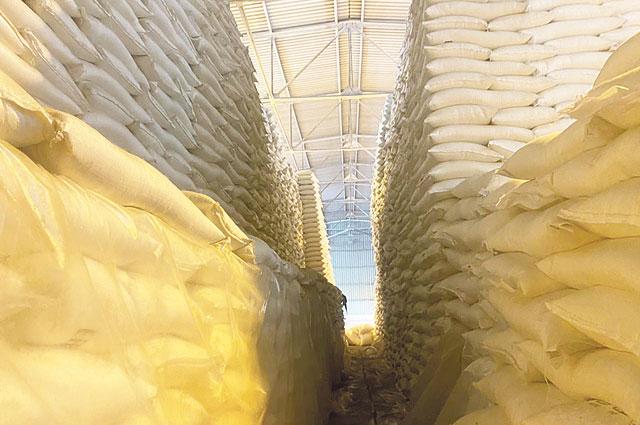 На складских помещения Уваровского сахарного завода запасов сахара достаточно.