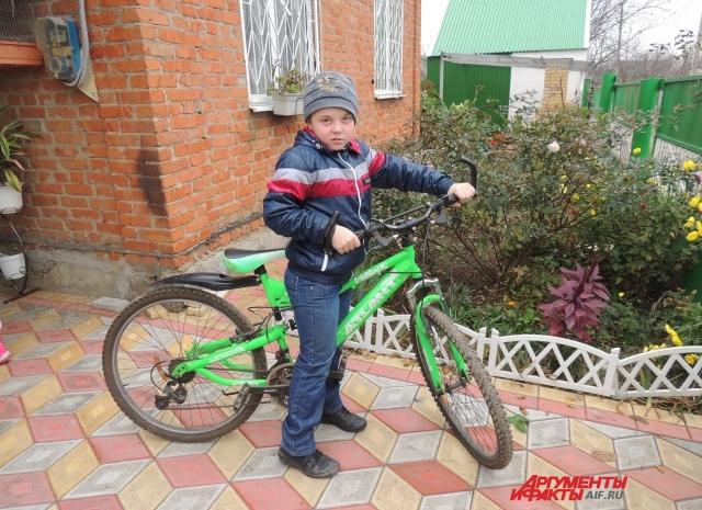 Влад на новом велосипеде