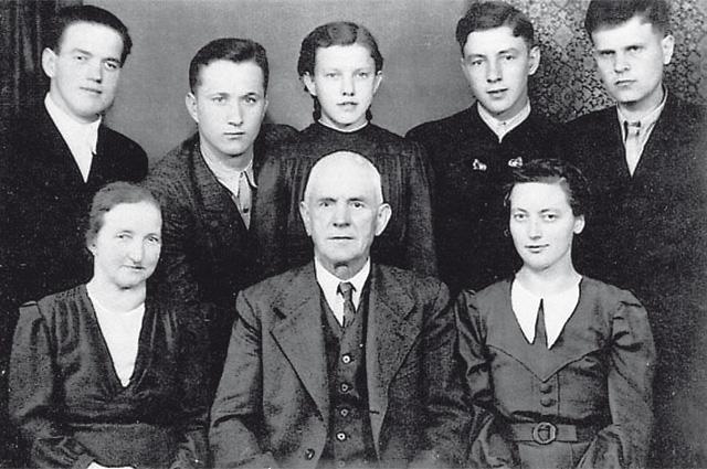 На снимке (второй ряд, крайние слева и справа) Михаил Рыбчинский и Николай Цемкало, девочка-подросток посередине - Анна Хакль, в первом ряду крайняя слева - Мария Лангталер, рядом с ней её муж.