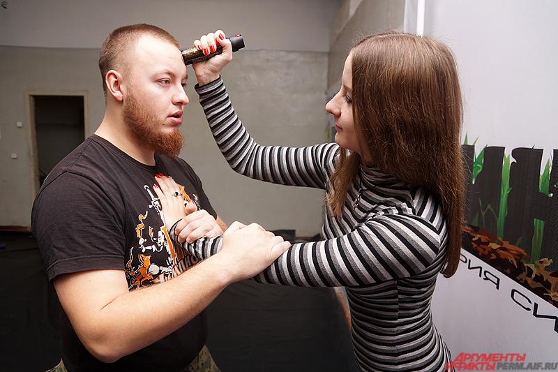 Баллончик также можно применить в качестве оружия дробящего действия – по лицу, голове, ключице и так далее.