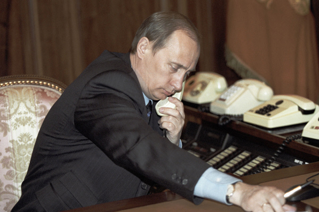 Президент РФ Владимир Путин беседует по телефону.