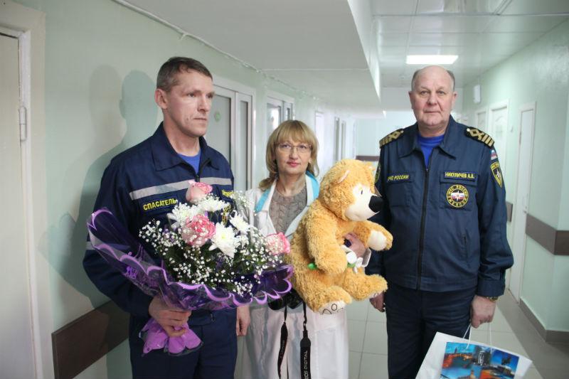 Делегация ГУ МЧС России по Ульяновской области с цветами и подарками в роддоме