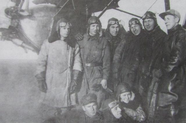 Студенты Казанского авиаинстута на фоне У-2.