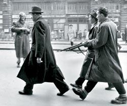 Повстанцы конвоируют сотрудника венгерской госбезопасности.