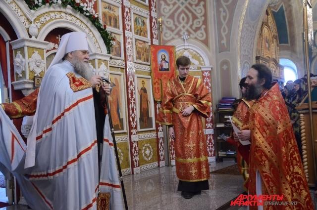 Митрополит Вениамин благословляет на игуменство иеромонаха Варнаву.