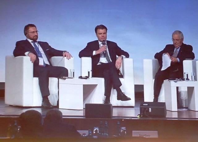 Президент РМК Всеволод Левин (на снимке – слева) принял участие в одной из ключевых дискуссий «Экономика замкнутого цикла как драйвер роста». Он рассказал участникам конференции о подходах компании к использованию природных ресурсов.