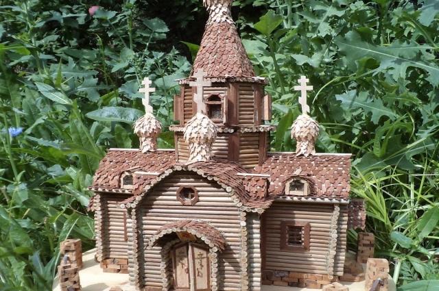 Макеты храмов делаются из древесины, но если церковь была каменная, то изготавлваются миниатюрные кирпичики из разных пород деревьев: груши, вишни, лиственницы, дуба и бука.