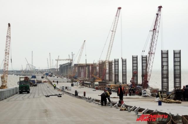 Из-за технических требований железнодорожный мост будет находиться выше автомобильного на участках возле судоходной арки.