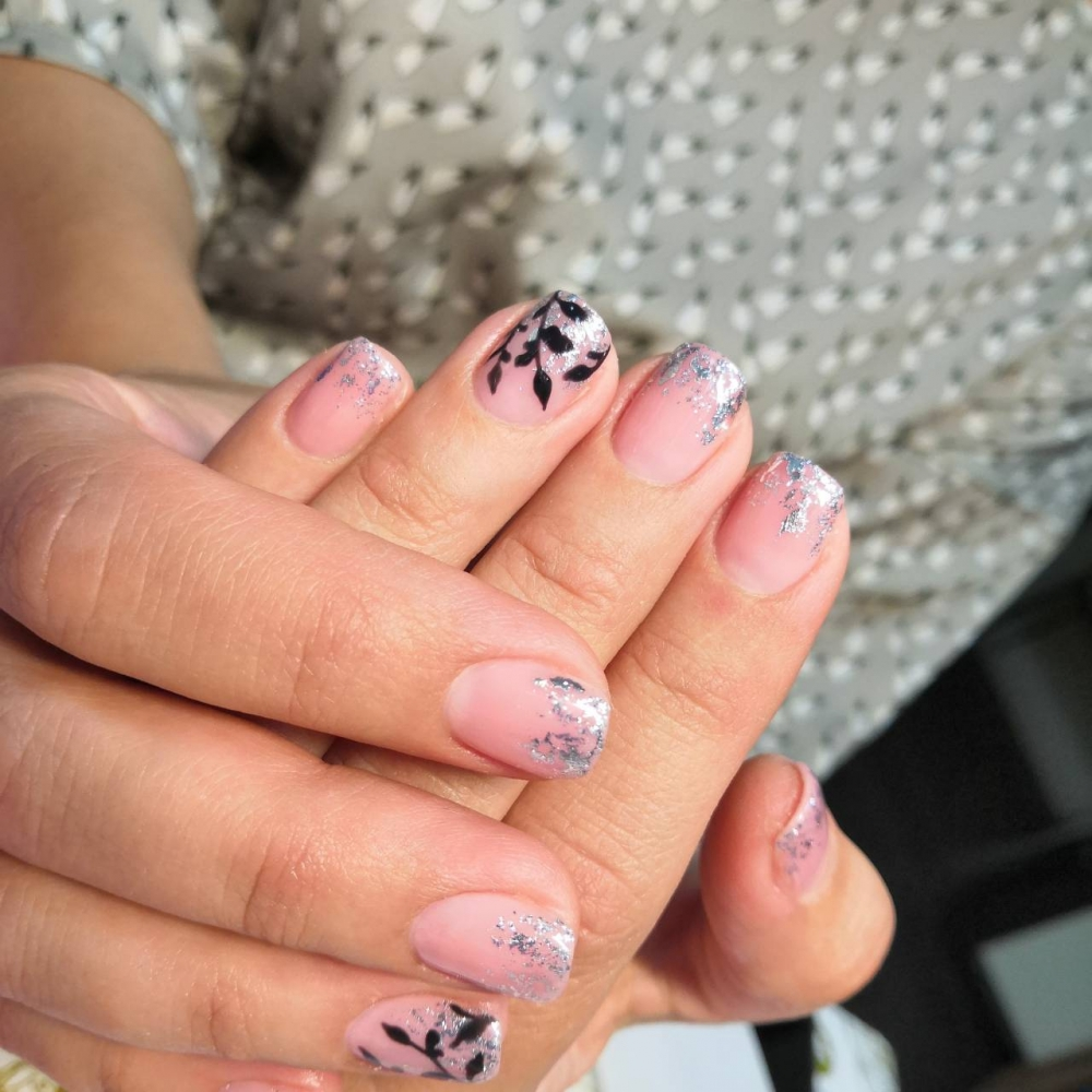 Для украшения ногтей используют не только стразы, но и растительные материалы.