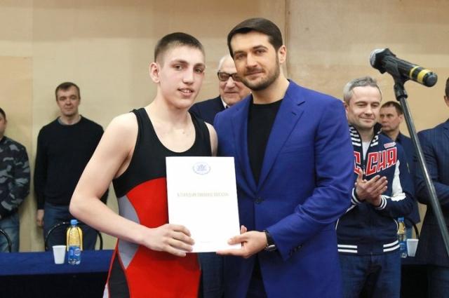 Депутат вручил спортсменам и тренерам благодарственные письма и подарил детям новую форму.