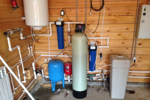 Система водоподготовки очищает воду от примесей, микробиологического загрязнения.