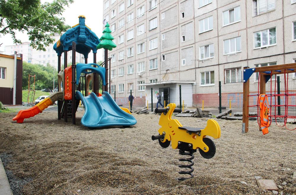 На ул. Сахалинской, 34 построили детскую площадку.