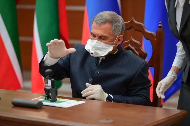 В торжественной церемонии памятного гашения почтовой марки участвовал президент Татарстана Рустам Минниханов.
