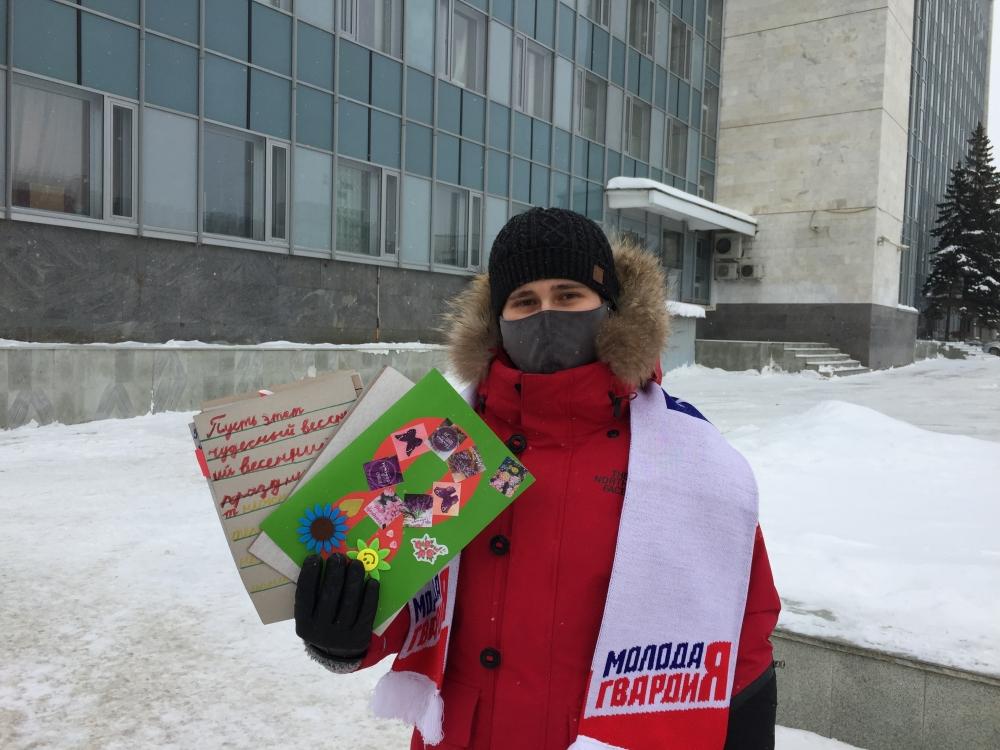 Женщинам вручали открытки, сделанные детьми.