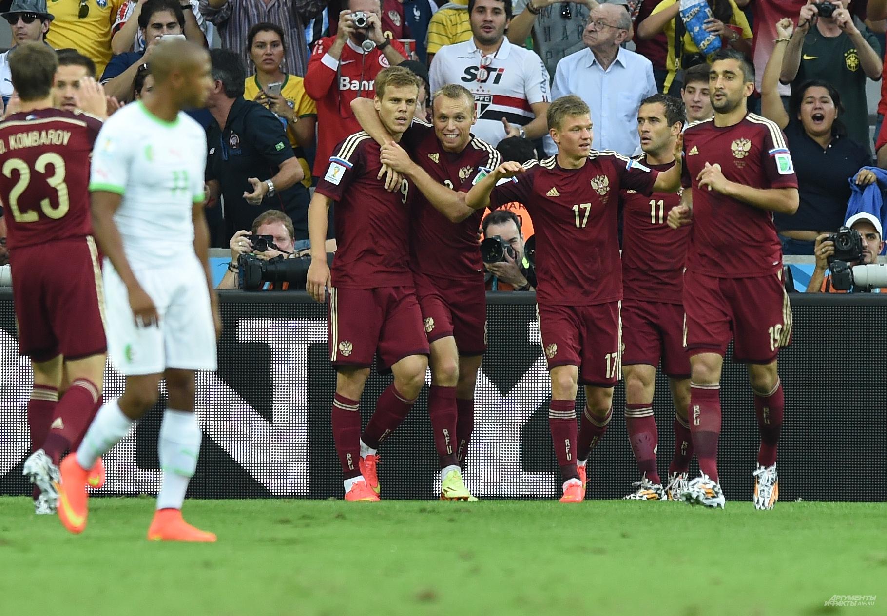 Игроки сборной России после гола в ворота команды Алжира