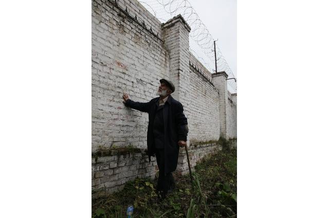 За этой стеной с колючей проволокой Фишер сначала сидел, а потом работал
