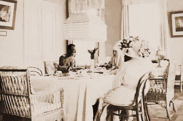 Николай II и императрица Александра Фёдоровна посещают Великую княгиню Елизавету Фёдоровну в Марфо-Мариинской обители