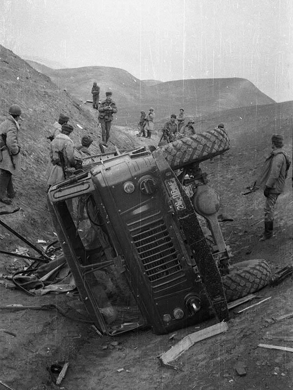 Афганистан. Подорванный на мине советский «ГАЗ-66».