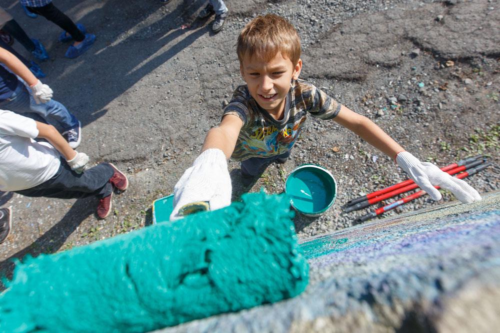 Дети обожают рисовать - хоть на бумаге, хоть на стене!