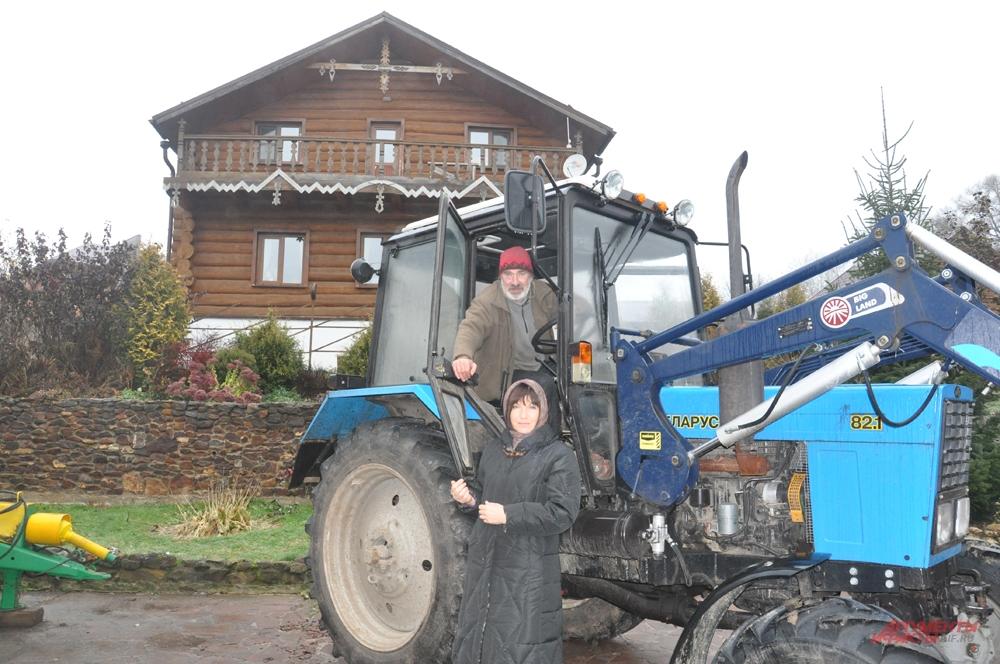 Коренные москвичи Ирина и Андрей 7 лет назад построили в Нижних Прысках дом, завели хозяйство, а этой осенью Андрей научился управлять трактором и вспахал поле.