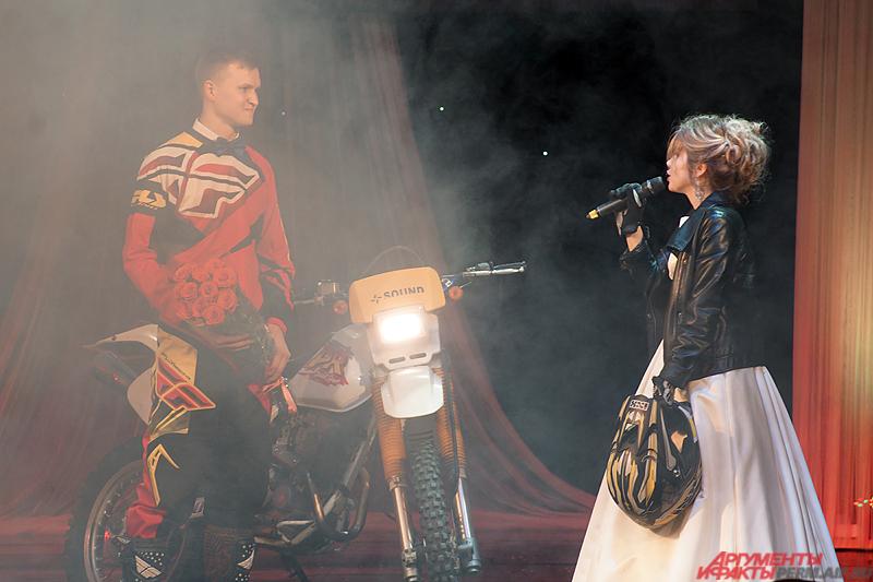 Удивила зрителей пермская участница финала Ирина Дробинина.