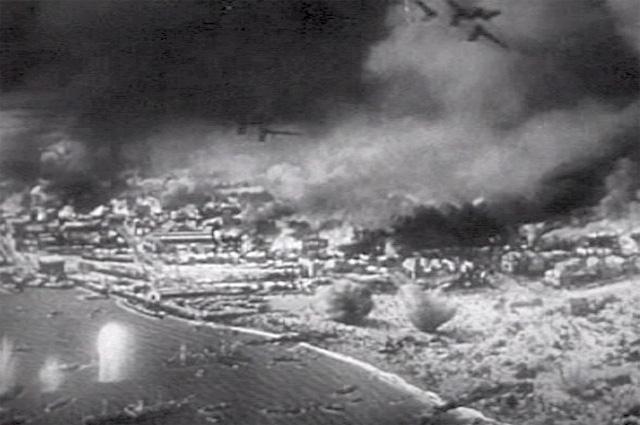 Британские корабли спасают войска союзников под немецким огнем.
