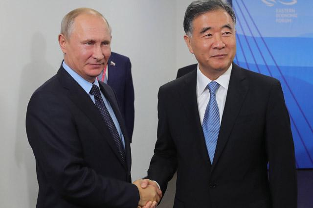 Президент РФ Владимир Путин и вице-премьер Государственного совета КНР Ван Ян.