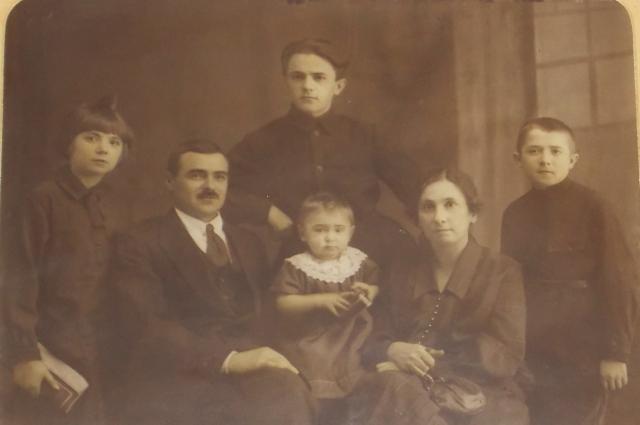 Семья Фиоктистовых. Иван Филиппович - второй слева.