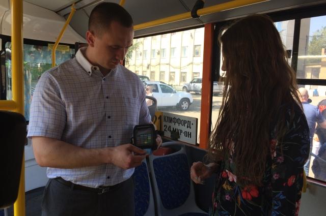 При оплате картой в муниципальном транспорте вводить пин-код не нужно.