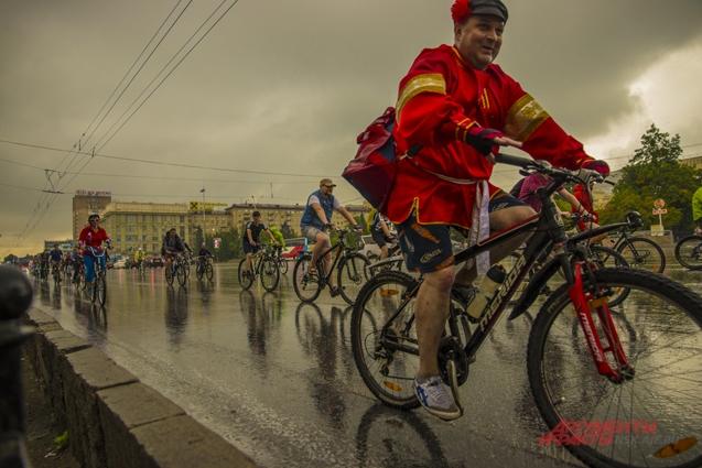 Велосипедисты проехали по улицам города организованной колонны.