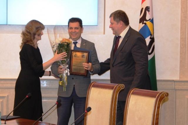 Вручение награды от С.Семки и О. Морозовой