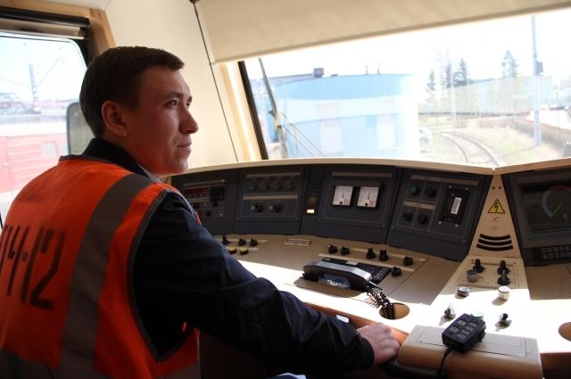 Помощник машиниста Александр Кадышев расскзал о преимуществах электровоза