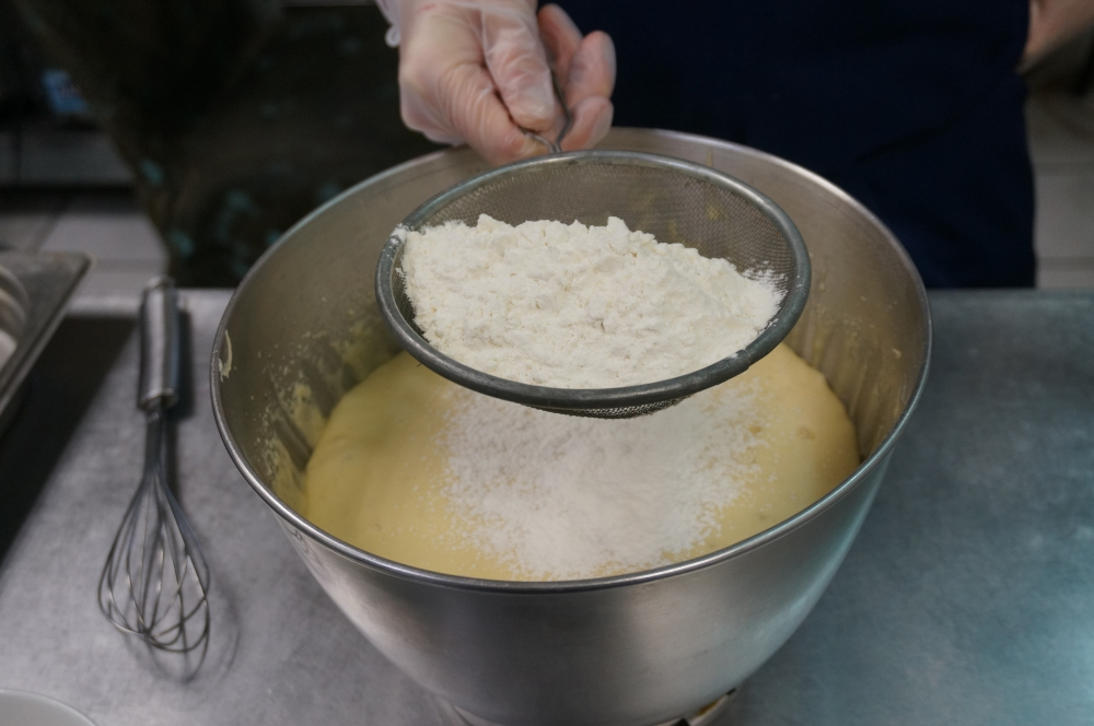Далее мы добавляем в тесто 200 грамм просеянной муки.