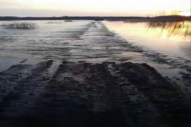 Во время паводка дорога из Новотроицка в Радищево разрушилась.