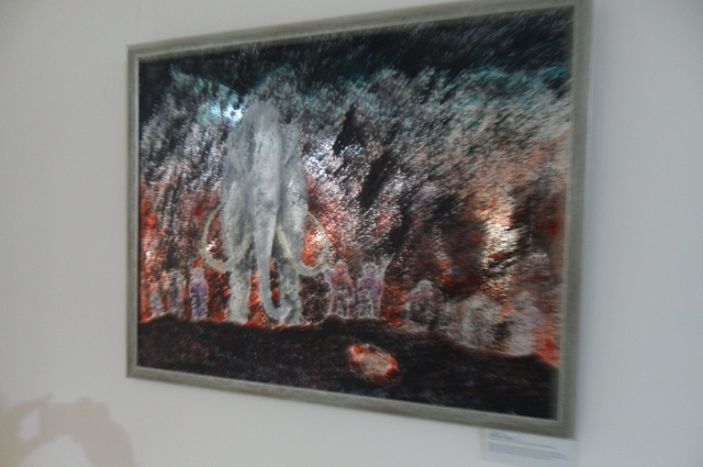 Работа Сергея Баранова воссоздают образы мамонтов в окружении полярной природы, а зеркальный пластик – северных богов из мифологического мира: атмосфера реального и фантастического.